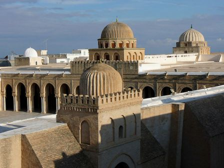 800px-Great_Mosque_of_Kairouan,_flat_roof_and_domes