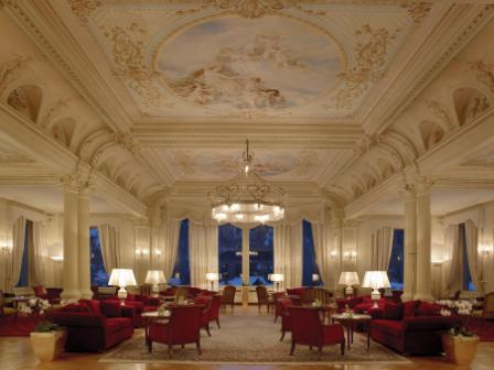 Kronenhof - lobby lounge by night