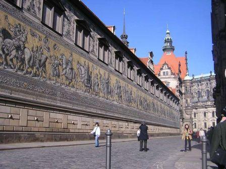 800px-Dresden_Fuerstenzug_Augustusstr_C.Muench