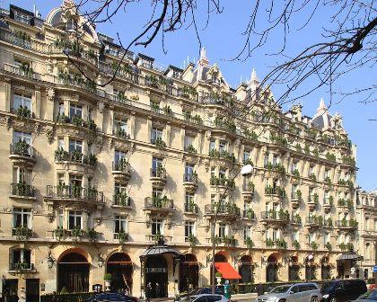 1024px Paris avenue montaigne plaza athena.1
