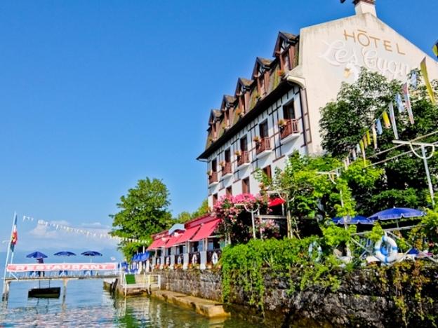 Hotel Les Cygnes and lake