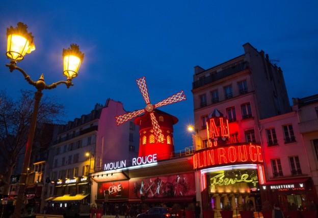 Facade Moulin Rouge 2 lamp PF ©Moulin Rouge D.Duguet